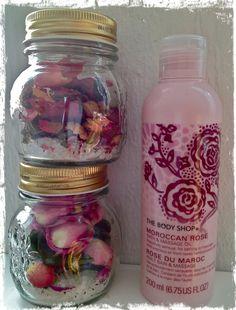 Tällä viikolla meillä on töissä tuoksunut ruusulle, kun äideille askarreltiin ihanat ja tuoksuvat jalkakylpypurkit.  Sain itse joulupa...