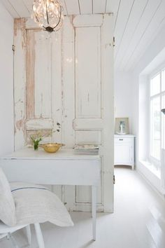 Adorei a idéia de usar uma porta antiga como divisória do ambiente!