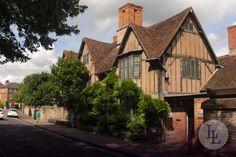 Stratford-upon-Avon war der Heimatort einer der bekanntesten Schriftsteller der Welt: William Shakespeare. Shakespeare wurde in dem Ort ca. 2 ½ Stunden nördlich von London geboren und auch begraben. Entdecken Sie mit Länder und Leute weitere Orte im Leben von Shakespeare in England!