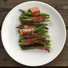 Kjapp og enkel snacks, 3 miniasparges surret med litt spekeskinke og stekes i panne/grilles, til aspargesen er mør og skikken sprø. Yummy! #trinesmatblogg #sommerferie #kkspis #matogvin #godtno