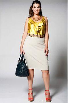 """Looks com truques de produção para quem usa tamanho grande. Acessórios poderosos - Evidencie a produção com eles. A bolsa de matelassê é superatual e tem o tamanho perfeito para o dia a dia. """"Use-a nos ombros para desviar a atenção dos quadris"""", sugere Juliana. O colar de elos dourados deu um ar de sofisticação ao visual. Plus Size Casual, Plus Size Outfits, Capsule Wardrobe, Ideias Fashion, Your Style, Cute Outfits, Dresses For Work, Chic, Collection"""