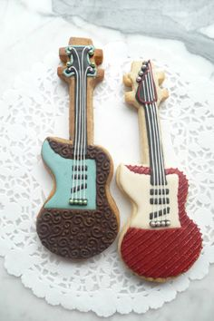 Electric guitar cookies. In our home 3 of the 4 man play guitar and our youngest son just told us that he also wants to learn to play guitar. So these would be perfect for all.