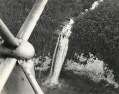 Jimmie Angel en el avión flamingo sobrevuela el Churún-merú, estado Bolívar, Venezuela. Octubre 1937.