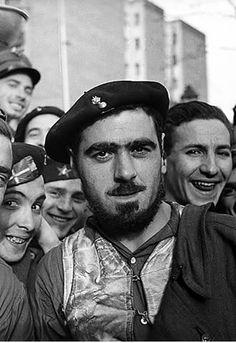 Un artillero y un grupo de Milicias Vascas Antifascistas, defensores de Madrid, retratados en el barrio de Argüelles (invierno de 1936-1937)