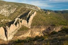 Montsec | Las famosas rocas de Finestres, en el Montsec de Estall, son una doble línea de estratos verticales. Se las conoce popularmente como la Gran Muralla China. Entre las dos paredes de roca está la ermita de San Salvador.