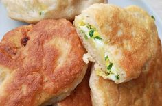 Dumplings filled with egg and chives and fried. Italian Cookie Recipes, Greek Recipes, Mexican Food Recipes, French Recipes, French Desserts, Italian Desserts, Dumplings, Quinoa, Italian Pastries