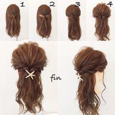 くるりんぱだけで出来る簡単ヘアアレンジ!! 1、トップを結んでサイドからの髪も同じ位置で結びます! 2、サイドの結んだ毛をくるりんぱします! 3、サイドの残った髪をその下でくるりんぱ! 4、全体的に崩し、巻きが弱いところは巻きを強くします!! ヘアアクセをつけて完成です!!