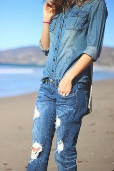 Ripped Denim Jeans With Denim Shirt Tomboy Fashion, Denim Fashion, Look Fashion, World Of Fashion, Fashion Beauty, Womens Fashion, Fashion Tips, Fashion Trends, Street Fashion