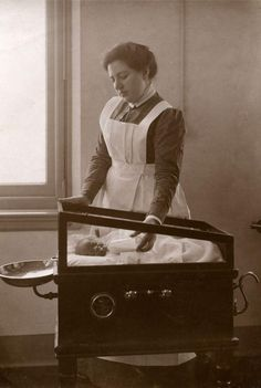 Baby in warmwater-couveuse / Baby in warm water incubator by Nationaal Archief If it wasn't for these intelligent wonderful people inventing the incubator a lot of babies probably wouldn't be here today. History Of Nursing, Medical History, Vintage Nurse, Vintage Medical, Old Pictures, Old Photos, Vintage Photos, Antique Pictures, Nurse Pics