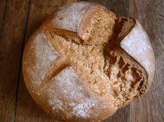 Il pane al farro è un'ottima alternativa al pane fatto con la classica farina bianca. Ricco di nutrienti, è perfetto per una sana alimentazione e per i bambini.