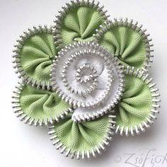 Items similar to Green Flower-Zipper flower Brooch Pin on Etsy Zipper Flowers, Felt Flowers, Diy Flowers, Fabric Flowers, Zipper Bracelet, Zipper Jewelry, Ribbon Flower Tutorial, Bow Tutorial, Flower Brooch