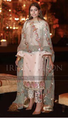 Dholak outift for brides side Pakistani Formal Dresses, Pakistani Fashion Party Wear, Pakistani Dress Design, Pakistani Outfits, Indian Dresses, Indian Fashion, Stylish Dress Designs, Stylish Dresses, Casual Dresses