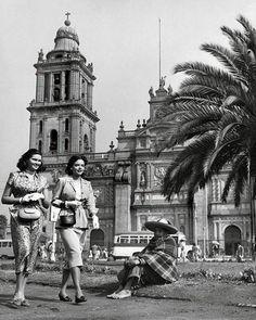 1950 podemos apreciar los prados y las palmeras que adornaban el Zócalo, en el fondo se levanta la Catedral Metropolitana, Cd. de Mexico