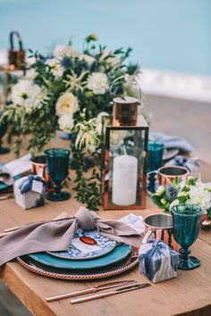 What a stunning wedding table! Love the elegance, the chic, and the colors!