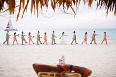 A beach wedding on Aruba makes beautiful pictures !