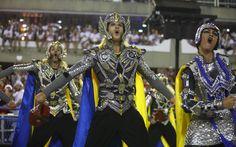 Integrante da comissão de frente da Unidos da Tijuca empenha-se na interpretação de Thor