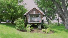 No vídeo, você dá uma voltinha pela casa e conhece os materiais usados em seu projeto sustentável