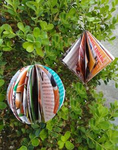 Bolas e pingentes de papel para enfeitar sua árvore de natal Wicker Shopping Baskets, Wicker Baskets, Christmas Tree Ornaments, Christmas Crafts, Origami, Paper, Gifts, Inspiration, Sistema Solar