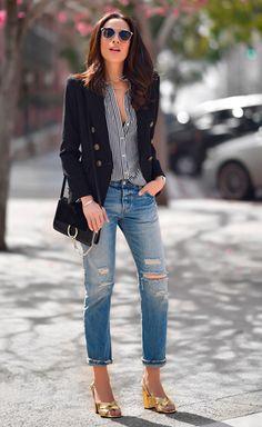 Street style look com camisa listrada e calça jeans.