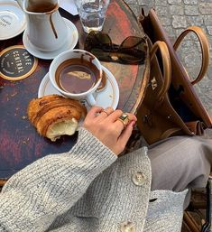 Beautiful ~ inside and out ༻ coffee date, coffee break, coffee and books Coffee Date, Coffee Break, Coffee Mornings, Healthy Bowl, Momento Cafe, Drink Recipe Book, Coffee And Books, Oui Oui, Aesthetic Food