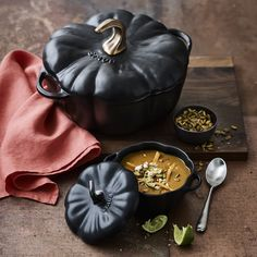 Dust of cast iron pumpkin cocotte - Dust of cast iron pumpkin cocotte Informations About Staub Gusseisen-Kürbis-Cocotte Pin You can eas - Classic Kitchen, Kitchen Modern, Modern Farmhouse, Goth Home, Gothic House, Kitchen Witch, Gothic Kitchen, Halloween Kitchen Decor, Williams Sonoma