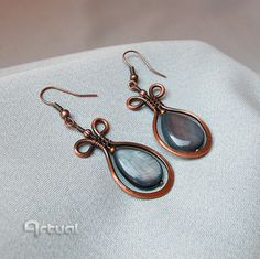 Hammered copper earrings with shell bead by Artual on Etsy