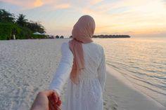 Beach Wedding Advice for Muslim Bride to Be and Groom Hijabi Girl, Girl Hijab, Hijab Bride, Muslim Couple Photography, Photography Poses, Wedding Photography, Islamic Girl, Beach Poses, Pre Wedding Photoshoot