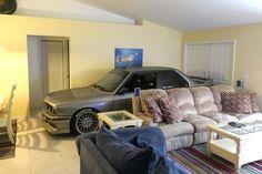 Enthusiast parcheggia la sua BMW M3 E30 in Living Room Escape uragano Matteo