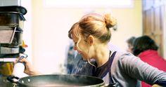 Νέα παιδιά μαγειρεύουν στη Θεσσαλονίκη για όσους το έχουν ανάγκη