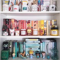 A wood bookcase is often the heart and soul of your living room. Here, we show you how to choose the best bookcase. Book Aesthetic, Aesthetic Rooms, I Love Books, My Books, Funko Pop Display, Bookshelf Inspiration, Disney Rooms, Dream Library, Shelfie