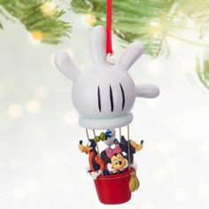 Ready to fly up, up and away with a hot air balloon, these friends are set for adventure! Featuring Mickey, Minnie, Goofy and Donald, it will make a fun addition to any festive tree.