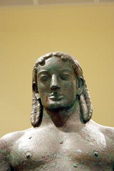 Kuros Apolo , Pireus, Grecia, 530 a.C., bronce. Detalle de la cabeza.  Museo de Atenas.