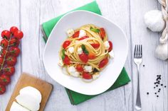 Gli spaghetti quadrati con sugo fresco e mozzarella sono un primo piatto di facile realizzazione e perfetto per l'estate.