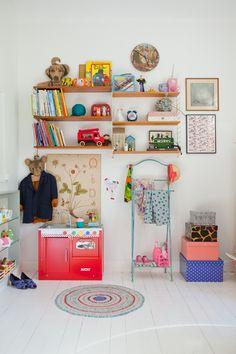 An eclectic bedroom for a girl - Petit & Small - Ideen finanzieren Casa Kids, Ideas Habitaciones, Deco Kids, Deco Retro, Little Girl Rooms, Kid Spaces, Space Kids, Kids Decor, Decor Ideas