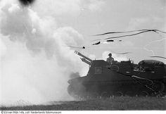 Bemande pantserwagen staat in het veld (1945)