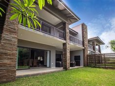 Uluwatu - Zimbali - 17 Uluwatu is a self-catering double-storey villa located on the Zimbali Coastal Estate. This home is neatly decorated and has four bedrooms upstairs. Two of the bedrooms have en-suite bathrooms and the .