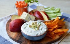 Sos de brânză albastră cu mucegai - rețeta de blue cheese dip (la rece) | Savori Urbane Nachos, Camembert Cheese, Dairy, Food, Meals, Tortilla Chips, Yemek, Eten