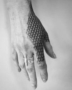Unique Hand Tattoos, Hand Tattoos For Guys, Finger Tattoos, Tattoos For Women, Hand Tattoos For Men, Tigeraugen Tattoo, Wild Tattoo, Arm Band Tattoo, Upper Arm Tattoos