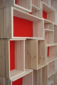 Librería con cajas de madera