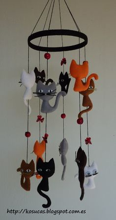Móvil de fieltro con gatos. Felt mobile with cats