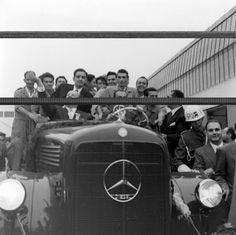 Fábrica de caminhões da Mercedes Benz Em 1956 começou a operar a fábrica de caminhões da Mercedes Benz em São Bernardo do Campo, São Paulo, que produziu o primeiro caminhão nacional. Juscelino Kubitschek compareceu à inauguração das novas instalações da empresa. 28 de setembro de 1956. Agência Nacional.