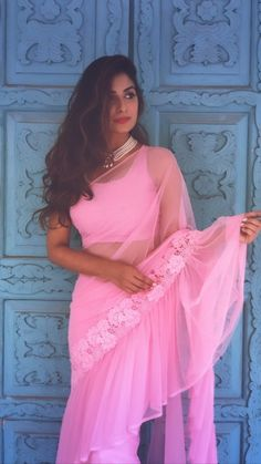 We've watched an Indian movie even once in our lives and we've all been charmed with these colorful traditional outfits, saree styles. Saree Blouse Patterns, Saree Blouse Designs, Chiffon Saree, Dress Indian Style, Indian Dresses, Indian Wear, Indian Wedding Outfits, Indian Outfits, Trendy Outfits