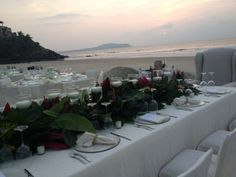 La mejor vista y gran arreglo de mesa para una boda en la playa .
