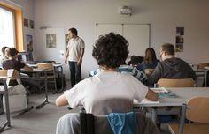 La Fédération Wallonie-Bruxelles a établi un classement des écoles défavorisées et favorisées qui donne une cote allant de 1 à 20 pour chaque établissement. Cette classification qui démontre de grandes inégalités socio-économiques est à prendre avec de grosses pincettes, car elle ne tient nullement compte de la qualité de l'enseignement prodigué dans chaque établissement.