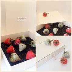 Le Coffret de jeu se compose :   -   1 boite en carton souple de couleur ivoire   -  Un tapis de jeu en feutre de 13,5 cm de côté   -  10 fraises miniatures en tissu au déli - 17193370