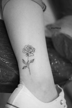 delikatny tatuaż kwiatów róży czarny  na kostce Rose Tattoos, Tatoos, Small White Tattoos, Kat Tat, Nyc Tattoo, Cute Tattoos For Women, Meaningful Tattoos, Tattoo Inspiration, Henna