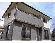 シンプルだけど貫禄のある外観です。屋根のあるバルコニーで、突然のお天気の変化にも安心です。