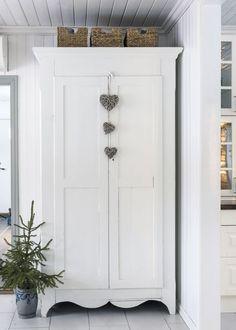 6 tips för mysig adventsstämning – som varar hela december – Hus & Hem White Cottage, Furniture Makeover, Painted Furniture, Tall Cabinet Storage, December, Interior, Country, Decoration, Christmas