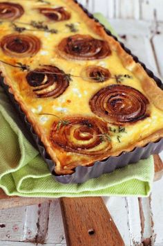 Onion And Goats Cheese Tart Savory goats cheese and sweet caramelized onion makes the perfect combination for a tasty tart!Savory goats cheese and sweet caramelized onion makes the perfect combination for a tasty tart! Quiches, Vegetarian Recipes, Cooking Recipes, Pie Recipes, Cheese Tarts, Cheese And Onion Pie, Bake Cheese Tart, Goat Cheese Quiche, Savory Tart
