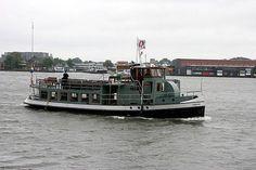 Elke zondag 3x vanaf aanlegsteiger 14 achter CS: Het historische IJbuurtveer (boot uit 1927). Via Java en KNSM-eiland over het IJ-meer langs Durgerdam en Vuurtoreneiland terug naar CS.